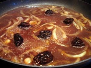 eels-landaises-prunes-in-pan