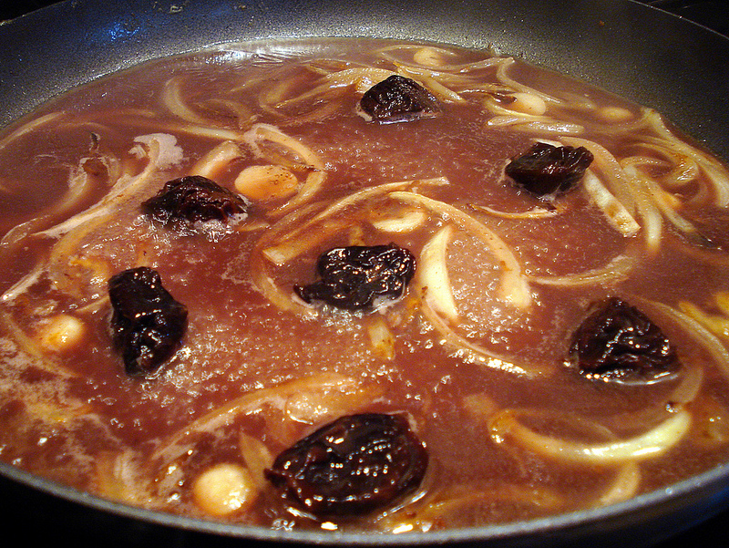 eels-landaises-prunes-in-pan
